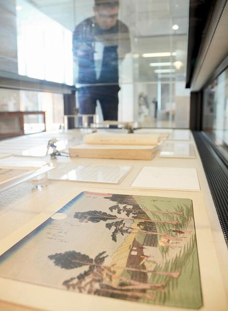東海道五十三次など月にまつわる資料が並ぶ展示=5月9日、福井県福井市の県文書館