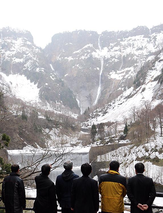 展望台から称名滝の眺めを楽しむ人たち=4月26日、称名平