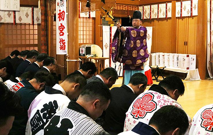 木船宮司(中央)のおはらいを受ける出席者=諏訪神社