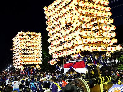 提灯山車ぶつけ合う「かっちゃ」に沸く 伏木曳山祭