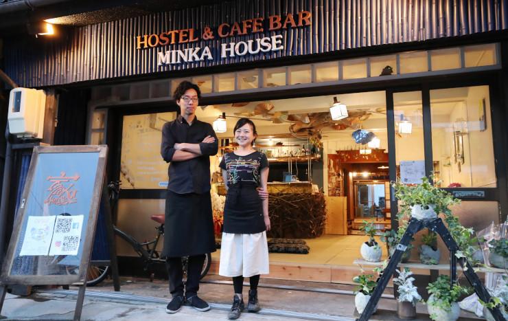 民家を改装しカフェを開いた森田さん(左)と鈴木さん