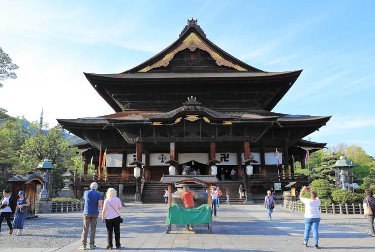 次回の御開帳を2021年春に開くと発表した善光寺=15日、長野市