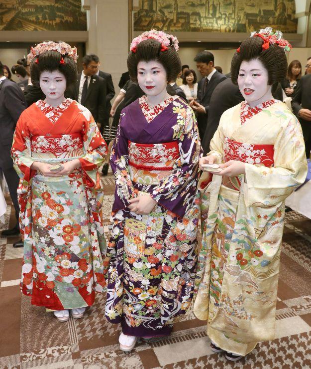 新人芸妓としてデビューした、左から華栄さん、千笑さん、ひろ佳さん=15日、新潟市中央区