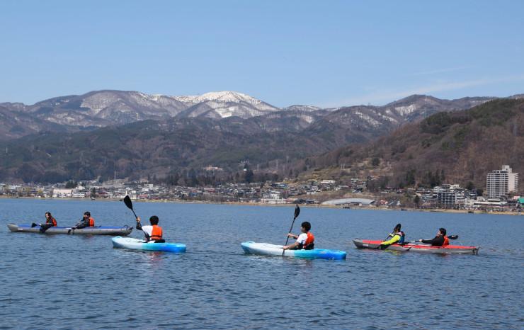 諏訪湖でカヤックを楽しむ人たち
