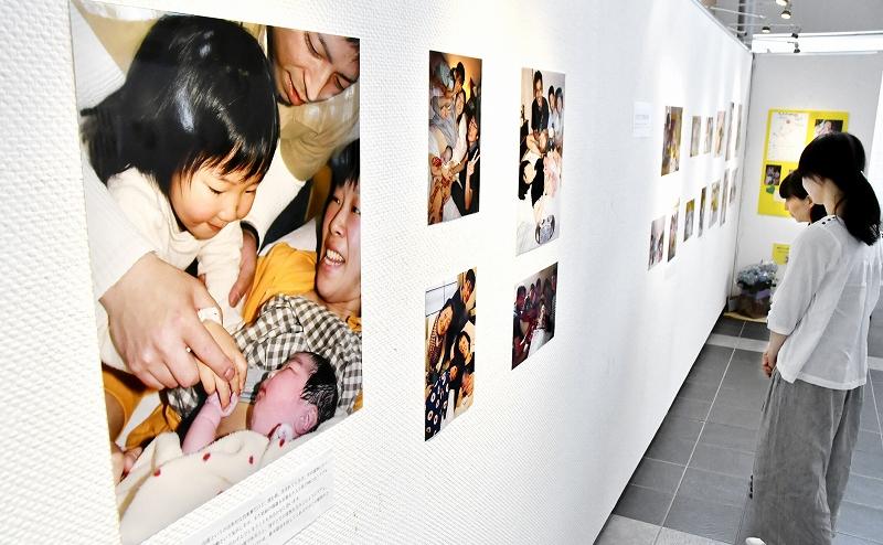 出産時や出産直後などに撮影した約150点が並ぶ写真展=5月17日、福井県若狭町パレア若狭