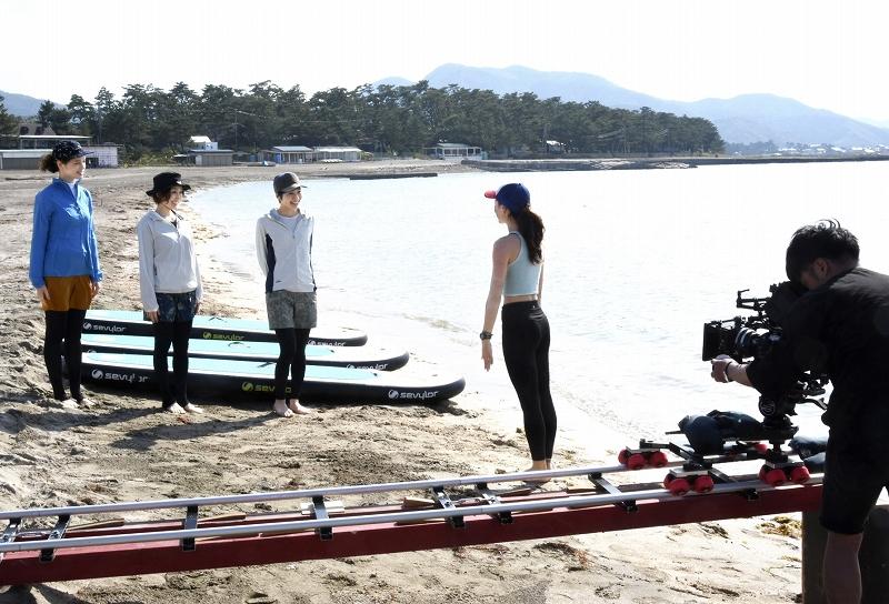 高浜町を舞台にしたアウトドア番組の撮影を行う女性の出演者たち=5月15日、福井県高浜町和田の若狭和田海水浴場