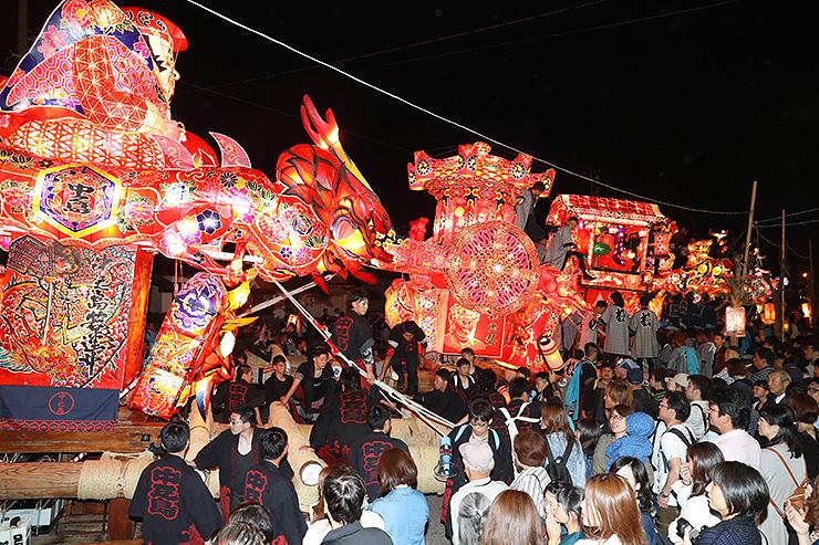大あんどんが並んだ昨年の庄川観光祭。今年は道の反対側に中小のあんどんも並び「夜高の大谷」をつくる=2018年6月、砺波市庄川町青島