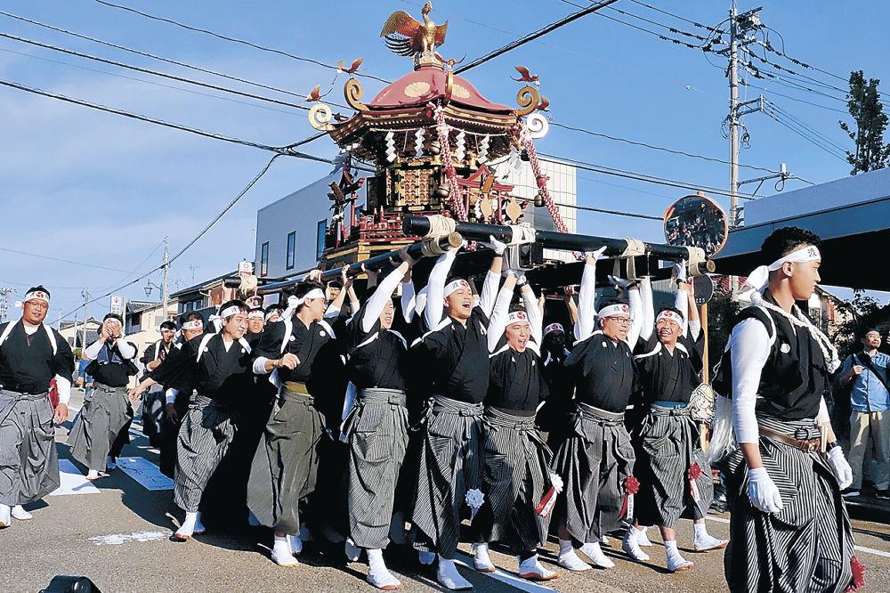 神輿を乱舞させる美川校下青年団と住民有志