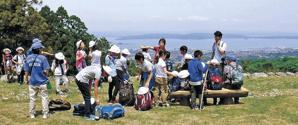 横浜から修学旅行で訪れ、本丸跡からの眺望を楽しむ児童=七尾市古城町