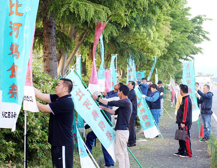 会場周辺にのぼり旗を設置する住民