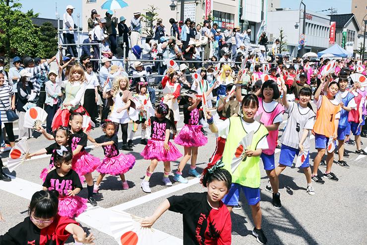 幅広い世代の参加者が一緒に踊った一般の部の総踊り=あいの風とやま鉄道魚津駅の駅前通り