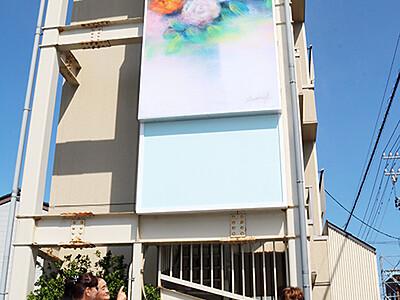 大きなバラ絵 街に潤い 高岡の加藤さん宅
