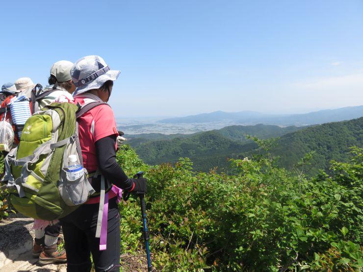 登山者は見晴らしの良い所での眺望を満喫した=19日、新発田市
