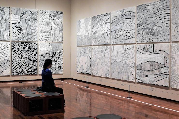 平面作品シリーズ「愛はとこしえ」の展示室=松本市美術館
