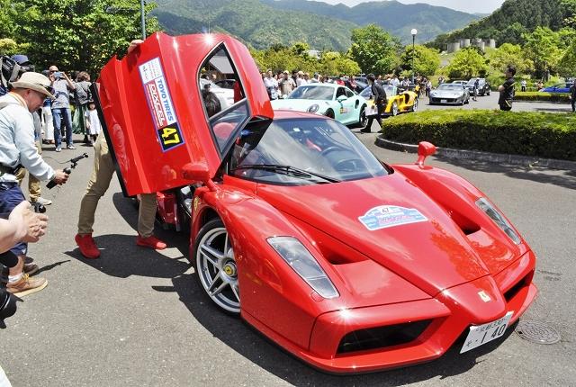スーパーカーやクラシックカーが並んだ会場=5月19日、福井県若狭町鳥浜