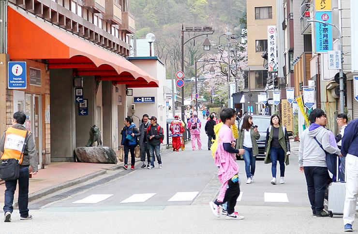 一般の観光客に交じり、ももクロファンらが行き交う宇奈月温泉駅前=4月21日