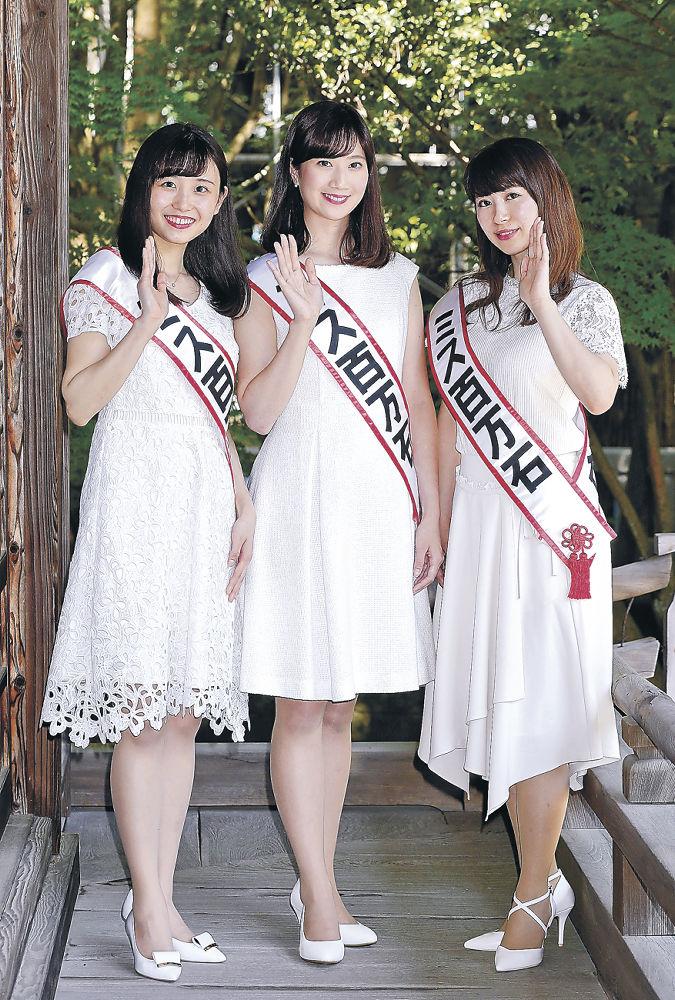 ミス百万石に選ばれた(左から)津田さん、横山さん、本田さん=尾山神社