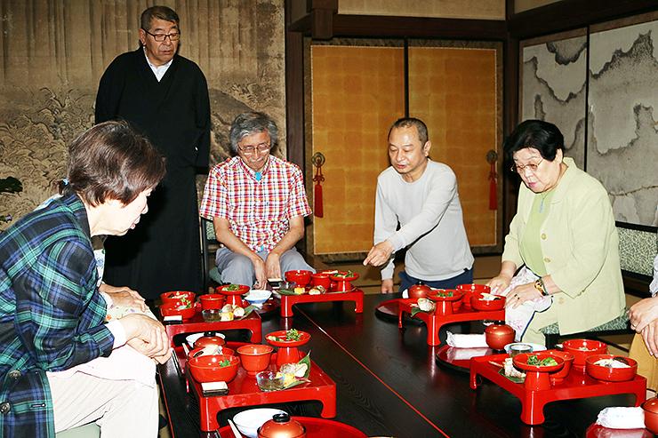経沢さん(右から2人目)の説明に耳を傾ける参加者