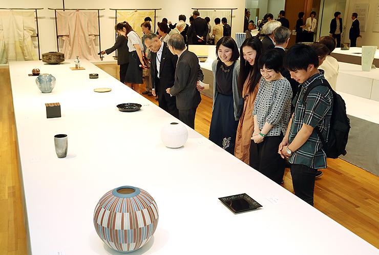 日本伝統工芸富山展が開幕し、作品に見入る来場者=高岡市美術館