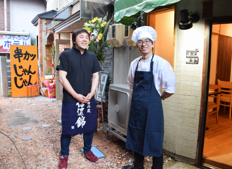 店の前で話す木嶋さん(右)と本部さん