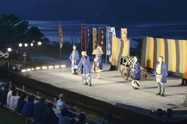海や山をバックに棚田の真ん中のステージで披露された創作劇=5月24日、福井県小浜市田烏