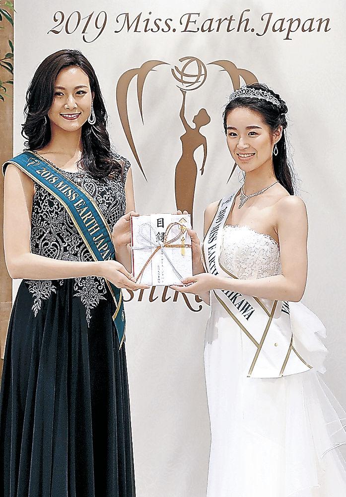 石川代表に選ばれた竹内さん(右)と審査員の田中さん=金沢市内の結婚式場