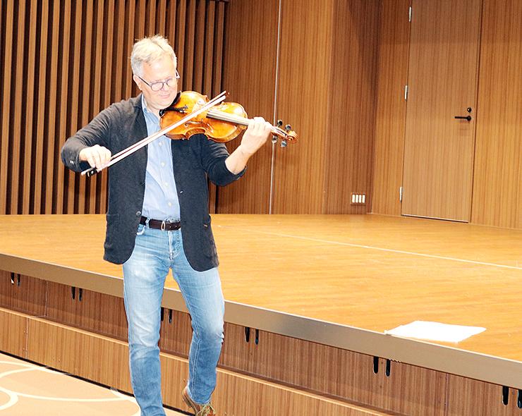 ビオラを演奏し、響き具合を確かめるボールックさん=ファーストバンクキラリホール