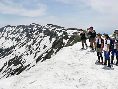 残雪と新緑まぶしく 守門岳山開き
