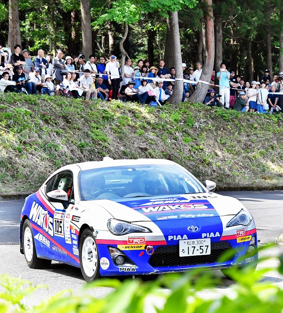 大勢のファンの前で迫力の走りをみせるラリーカー=5月26日、福井県勝山市のスキージャム勝山