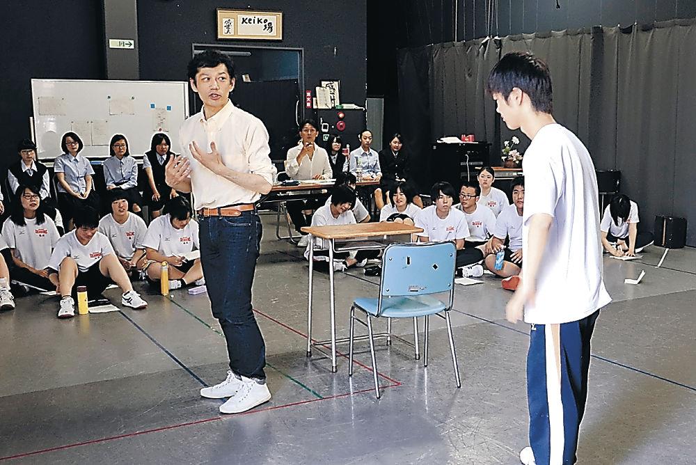 松﨑さんから指導を受ける生徒=七尾東雲高