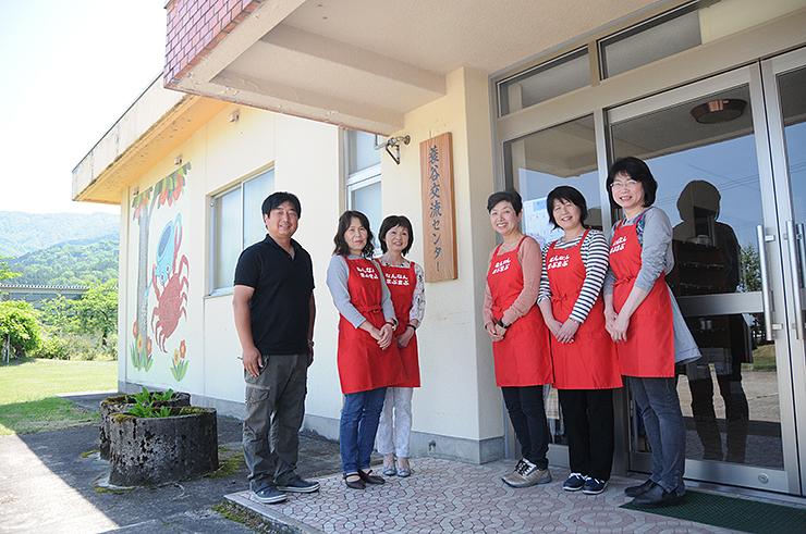 農家レストランとなる交流センター。山田会長(左)やゆかたーずのメンバーで農事組合法人を設立する