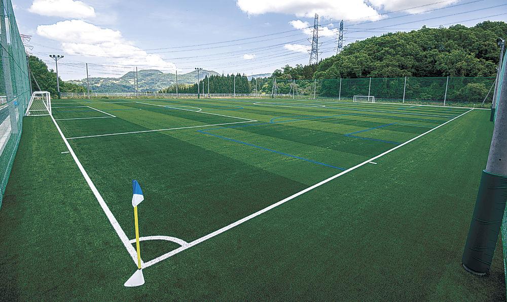 人工芝に整備された金沢学院大学のサッカー場=金沢市菅池町