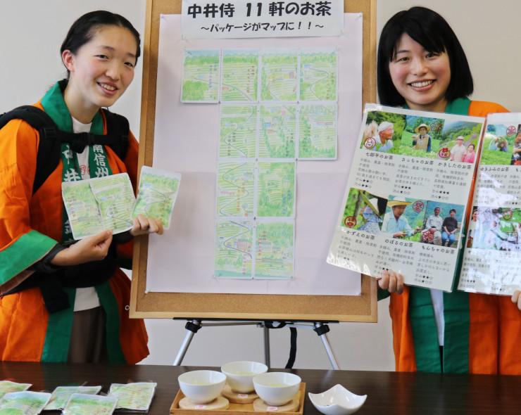 茶の生産者の写真を見せる内藤さん(右)
