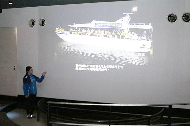 中国語で字幕を流すライブシアター