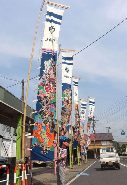 子どもの健全な成長を願って掲げられている、のぼり旗=27日、五泉市