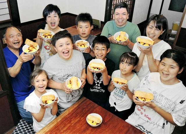 みんなでアイデアを出し合って完成した新メニュー「パステルガライス」を手に、笑顔の福井県越前市深草1丁目子ども会の会員たち=5月26日、同市の「江戸屋」