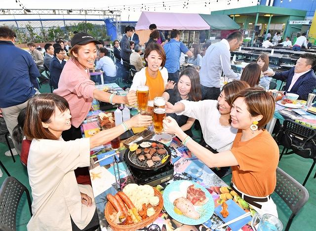 心地よい風を受けながら乾杯する来場者=5月29日午後6時半ごろ、福井県福井市の西武福井店
