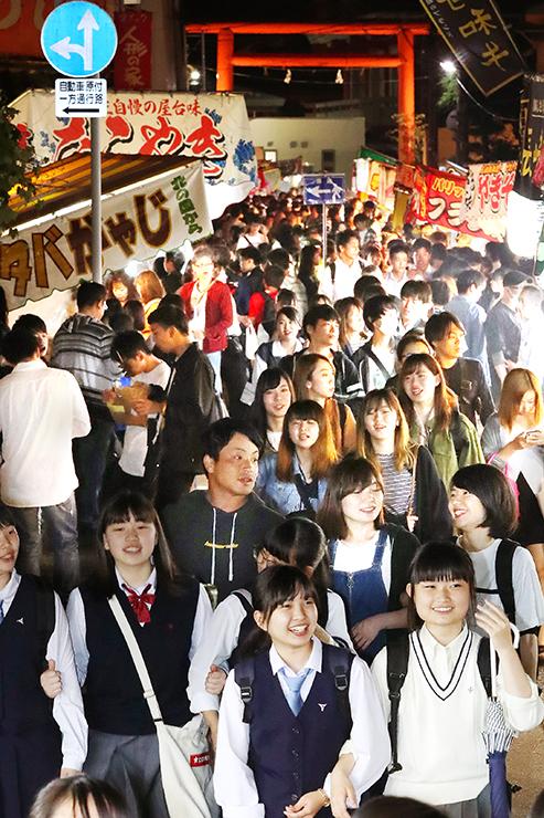 露店が並ぶ参道を歩く大勢の人たち=富山市山王町