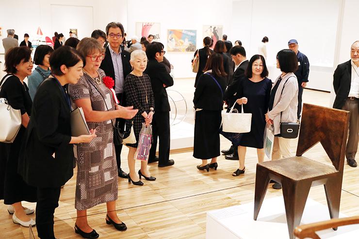 会場で作品を解説するケーニクスマルコバー館長(手前左から2人目)=県美術館