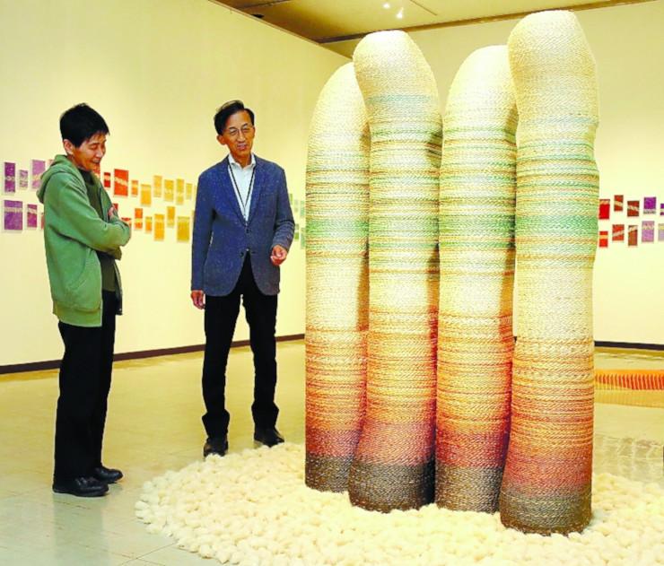 麻などで作った立体作品が並ぶ天野惣平さんの作品展