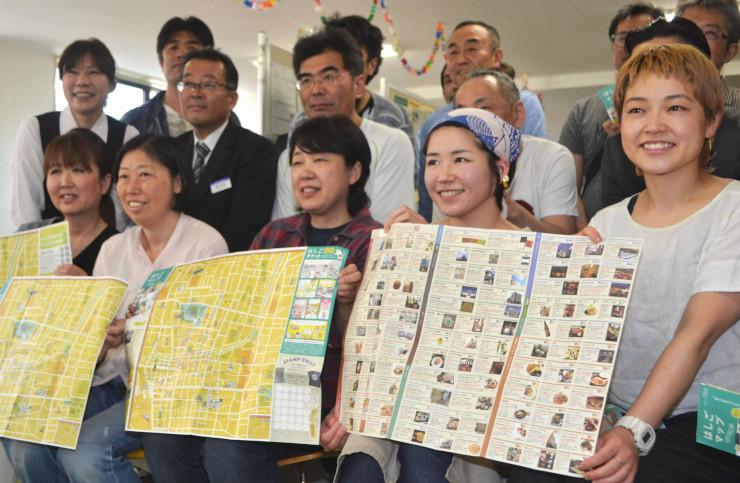 新たに「英語・中国語版」も作った「はしごマップ」を手にする参加店や施設の担当者