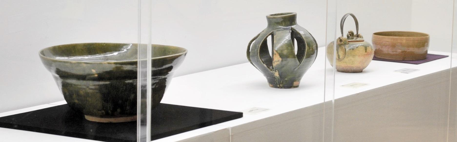 魯山人が手がけた織部焼の優品が並ぶ会場=福井県の福井市美術館