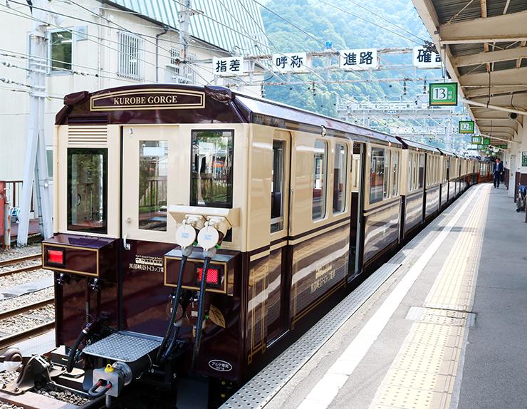 レトロな雰囲気が漂う外観の新型客車=黒部峡谷鉄道宇奈月駅