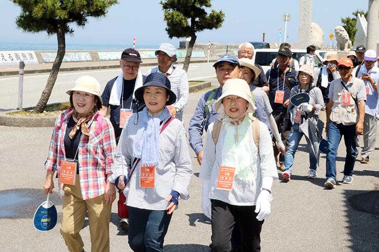 海を眺めながら諏訪神社近くを歩く参加者
