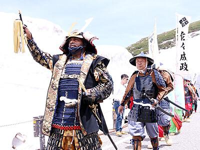 成政に扮して「さらさら越え」 室堂で長野の武者行列隊と交流