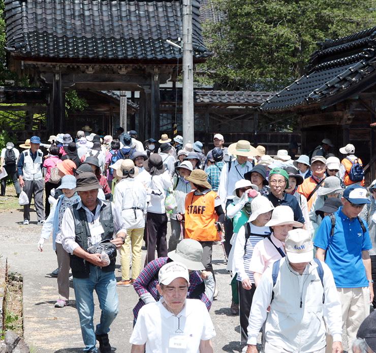 永伝寺の参道を歩く参加者=小矢部市八和町