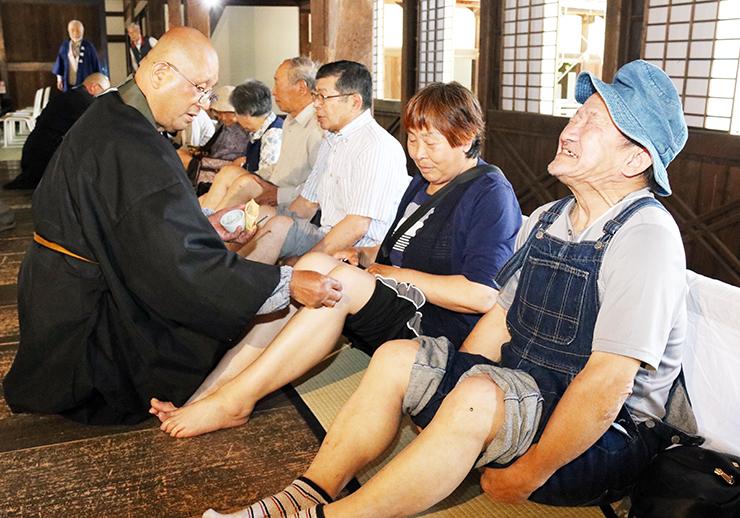 やいとの熱さに耐え、無病息災を祈る参拝者=瑞龍寺