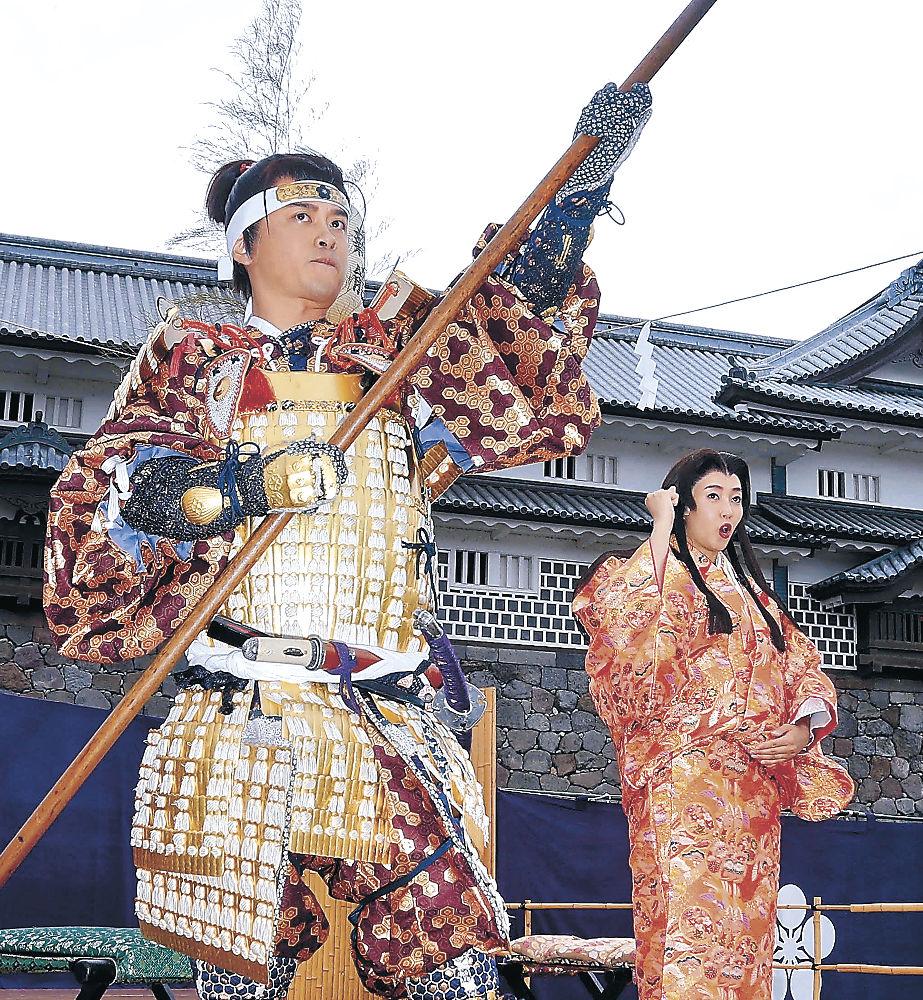 令和最初の百万石行列で「おしどり夫婦」を好演した加藤さん(左)と藤本さん=金沢城公園