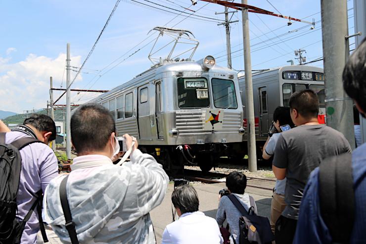 5200系の写真を撮る鉄道ファンたち