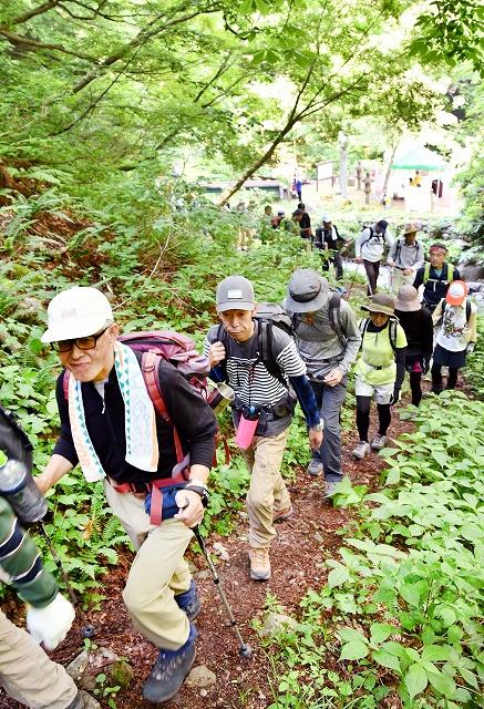 山開きの後、夜叉ケ池を目指して歩く登山者=6月1日、福井県南越前町岩谷